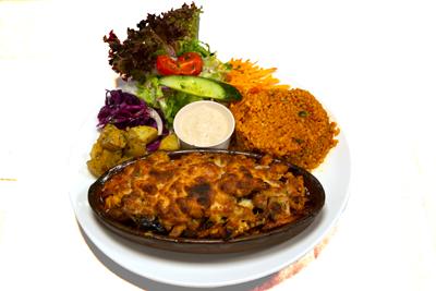KYLLING GRYTE /189,-   En herlig kyllinggryterett. Spesielt marinert kyllingkjøtt, grønnsaker og tomatsaus. Serveres i leirgryte og toppes med mozzarella ost (M,HV)