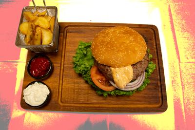 TYRKISK PEPPER BURGER 200GR  /159,-   Hamburger dressing og cheddar ost, jalapones (HV,M,E,Sennep)