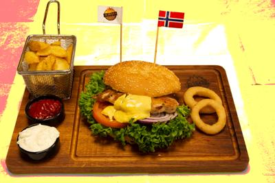 KYLLINGBURGER  /159,-   Grillet Kylling bryst med classic saus og cheddar ost (M,HV)