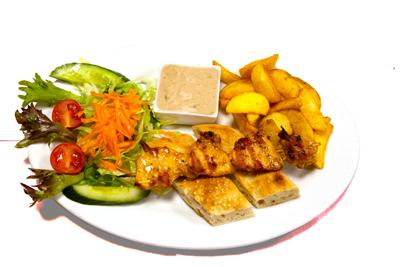 KYLLINGSPYD /99,-   Kyllingfilet i spyd. Serveres med potetbåter, tzatziki, brød og salat (HV,M)